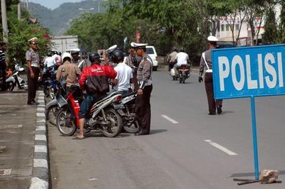 Boy Band Miskin si Botak dan Polisi Seglek